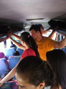 Passageiros na parte frontal do ônibus ft-NB