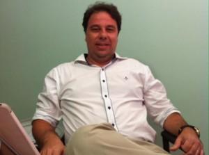 Luis Adriano Silva em sua sala de onde acompanha virtual e presencial a Redentor em todo o Brasil
