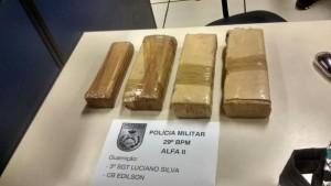 Material encontrado pela PM na mochila da viajante.