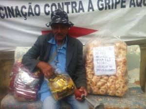 Jorge Biscoiteiro, poeta-ambulante. Vende biscoitos e cds com seus poemas gravados.