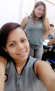 Amanda em sala de aula com a amiga & colega Micaela Bernardo