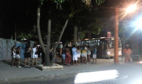 Com passagens a R$ 1,00, várias pessoas se aglomeram em filas para ir de nos vários ônibus com destino ao Farol de São Tomé, na noite deste sábado
