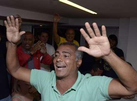Romário comemorando sua eleição para o Senado. Apesar de parecer fazer o 10, o baixinho apóia Pezão no 2º turno, de olho na eleição para Prefeito do Rio em 2016 - Foto: Facebook de Romário