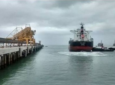 """O navio cargueiro """"Key Light"""" fez o primeiro embarque de minério de ferro do Projeto Minas-Rio, atracando no Porto do Açu no dia 22 de outubro - Foto: leitor Bruno Franco / Folha Online"""