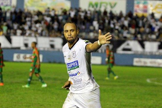 Léo Guerreiro comemora o gol no jogo de ida da final do 1º turno, vencido pelo Americano por 4x3 - Foto: Rodrigo Silveira-Folha da Manhã