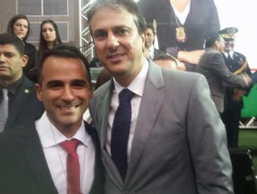 Governador do Ceará Camilo Santana dando posse hoje ao delegado campista Marcio Aquino Chalita