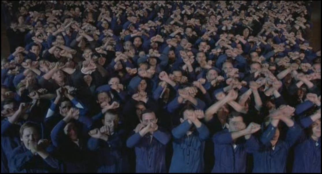 Cena do filme 1984 - Cidadãos reverenciam o Big Brother
