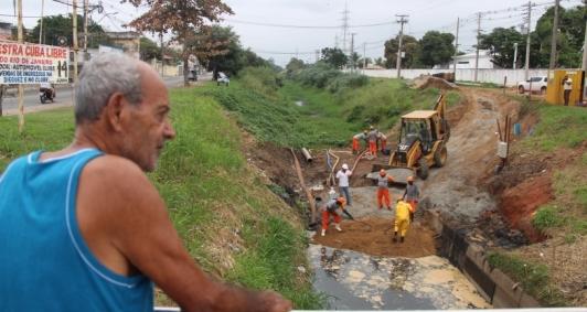 Limpeza no canal Campos-Macaé