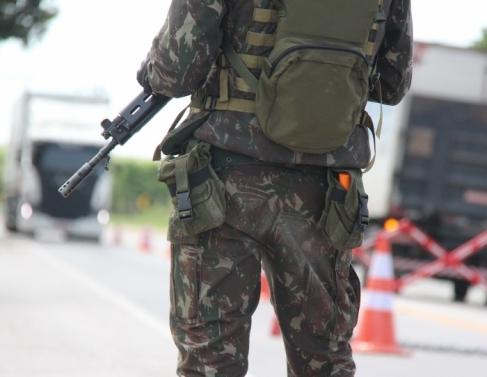 Forças Armadas atuam na BR-101 em Campos