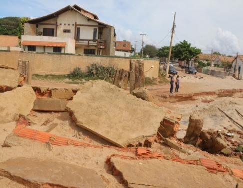 Próximo à avenida Nossa Senhora da Penha, em Atafona, é possível observar os impactos que o avanço do mar deixou