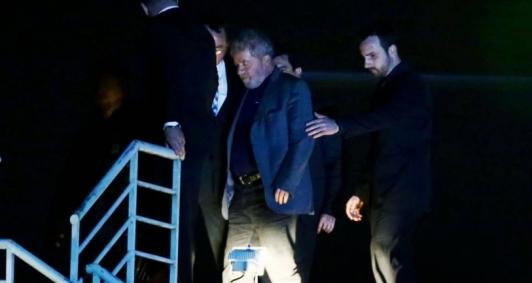 Ex-presidente Lula está preso na sede da Polícia Federal desde sábado passado