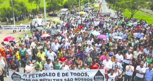 Em 2013, a então prefeita de Campos Rosinha Garotinho incentivou e participou de manifestações que fecharam a BR 101