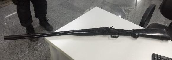Homem entra armado em comércio na Baixada Campista
