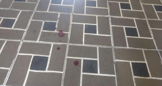 Manchas de sangue no local (Foto: Jonatha Lilargem)