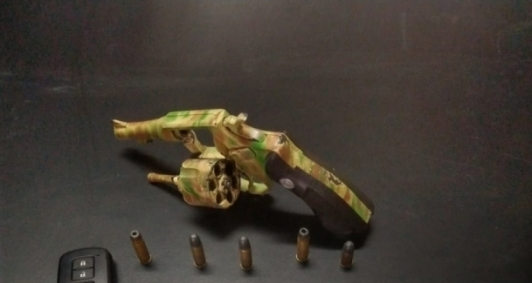 Arma apreendida com suspeitos