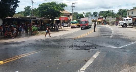 Moradores fazem protesto em Ibitioca por falta de ônibus