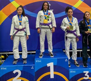 Atleta venceu suas três lutas para subir ao lugar mais alto do pódio