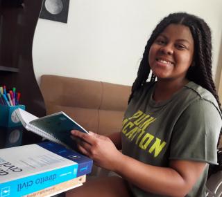 Júlia estudou aos finais de semana para o vestibular