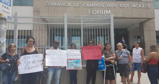 Manifestantes se concentraram na frente do fórum