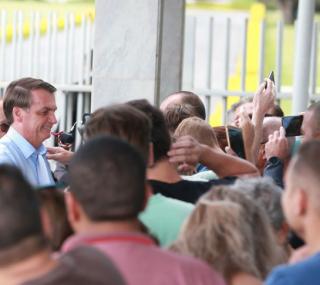 Presidente Jair Bolsonaro conversa com turistas no Palácio da Alvorada
