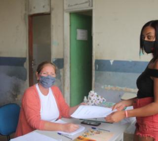 Mães retiram kits didáticos e alimentação dos filhos na escola