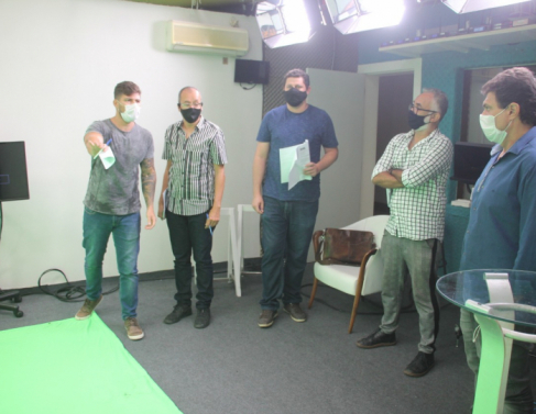 Gerente da Plena, Gustavo Abreu apresenta o estúdio aos assessores dos prefeitáveis