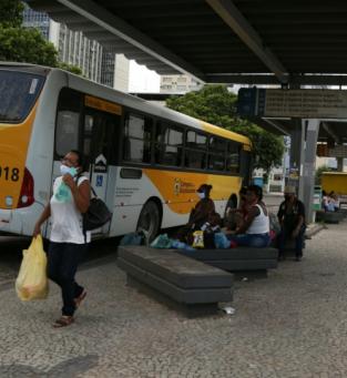Vans no Centro refletem em ônibus