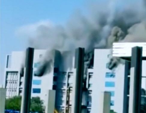 Prédio pega fogo na Índia