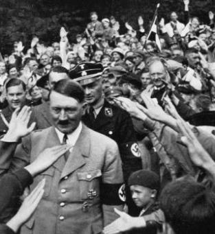 O nazismo recebeu forte apoio popular na Alemanha. Com um discursos nacionalista e exaltando as injustiças que o país sofreu, Hitler recebeu carta branca para cometer atrocidades.