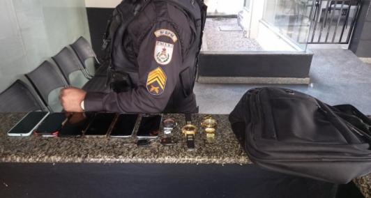 Telefones e relógios apreendidos com suspeitos